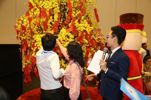 Hình ảnh khách hàng hái lộc vàng may mắn trong lễ công bố Sunshine City Sài Gòn